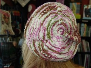 Free Knitted Slouch Hat Pattern for Knifty Knitter | Spinning