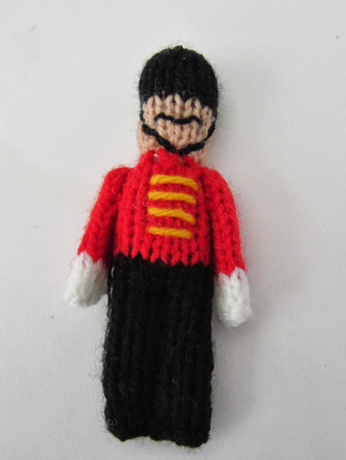Toy Soldier Christmas Ornament - Free knitting Pattern ⋆ Knitting Bee