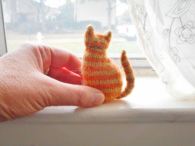 Cat Design Knitting Pattern : Tiny Window Cat Free Knitting Pattern ? Knitting Bee