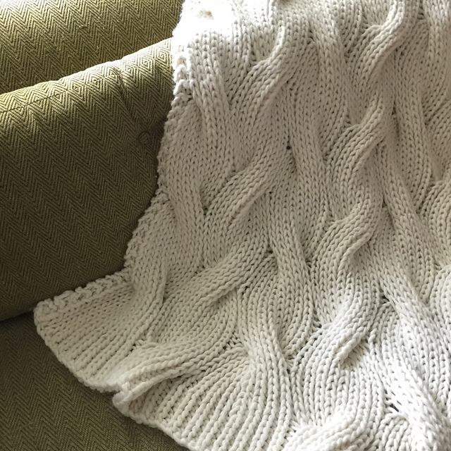 Free knitting pattern for a cable throw that is completely reversible