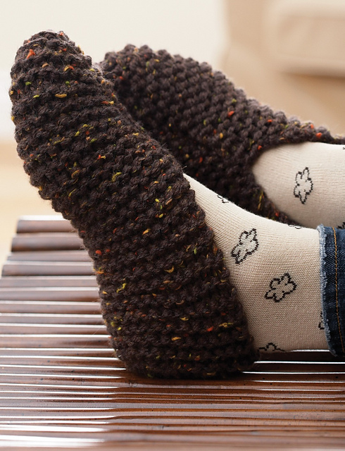 Basic slippers in chunky yarn using garter stitch free knitting pattern.