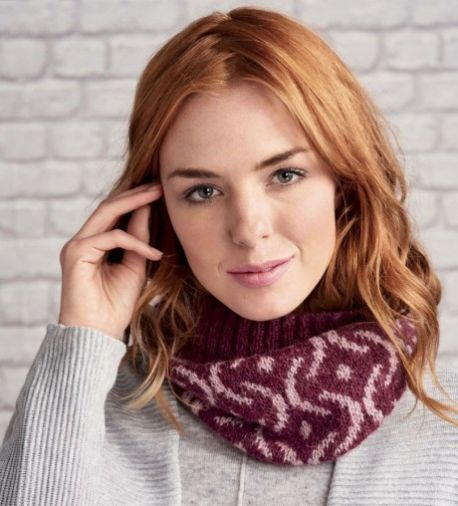 Learn how to knit a fair isle cowl with this free knitting pattern download.