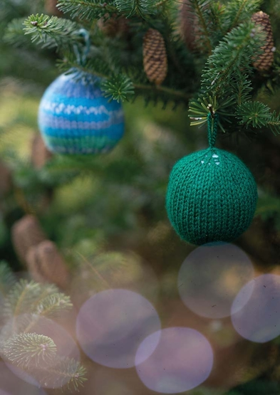 free Christmas knitting pattern for a bauble