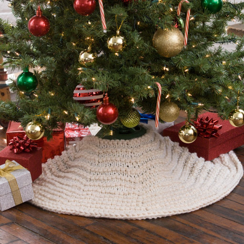 Free Christmas knitting pattern for an easy tree skirt with bulky yarn