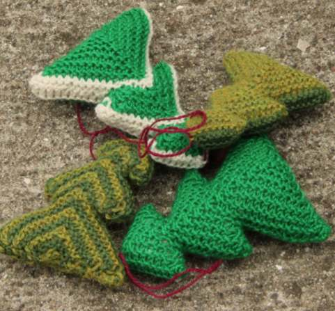 Free knitting pattern for a Xmas tree ornament