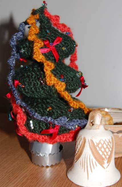 Knitting pattern for a small Christmas tree