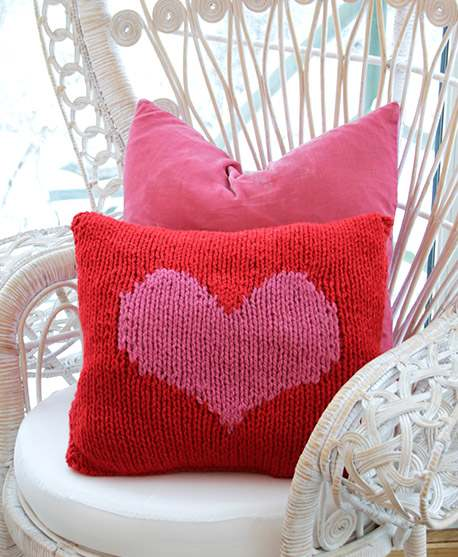 Free knit pattern for a Christmas pillow with a heart