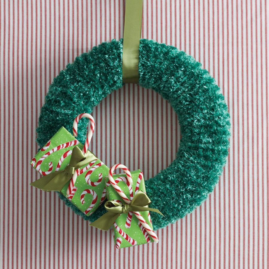 Free knit pattern for a beginner wreath for Xmas