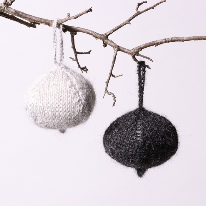 Free knit pattern for a flat Christmas ornament