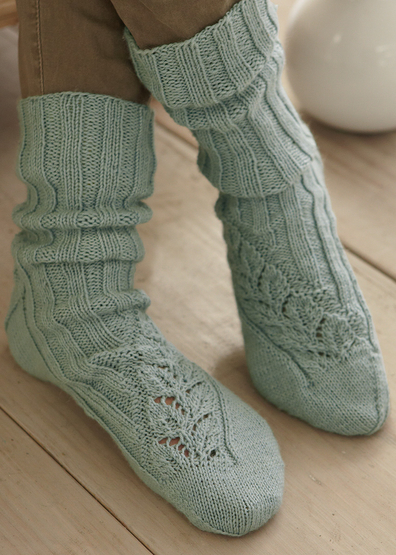 Ribbed and lace leaf sock knitting pattern